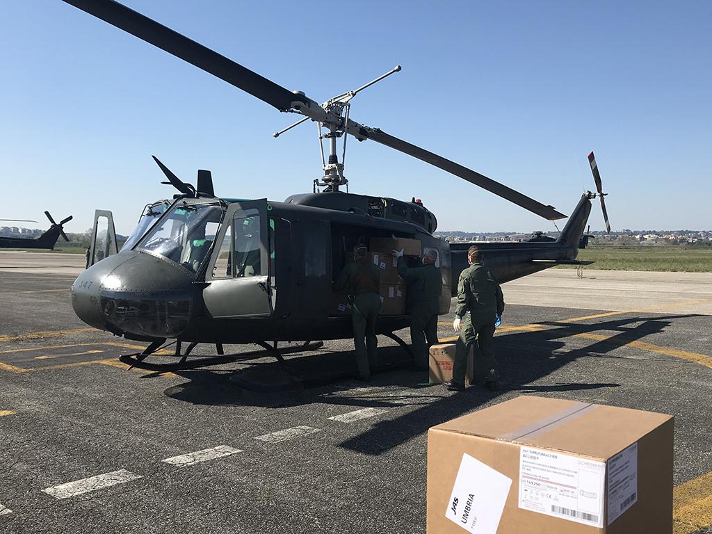 Il personale dell'AVES carica i DPI su elicottero UH-205A del CAAE